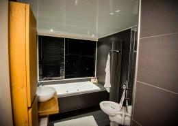 Badkamer verplaatsen met een ligbad en inloopdouche in ede