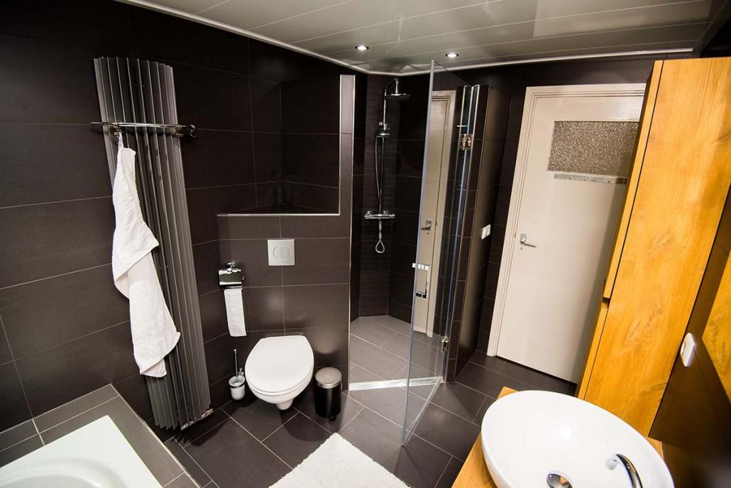 Witte Keuken Met Zwarte Vloer : Badkamer verplaatsen met een ligbad en ...