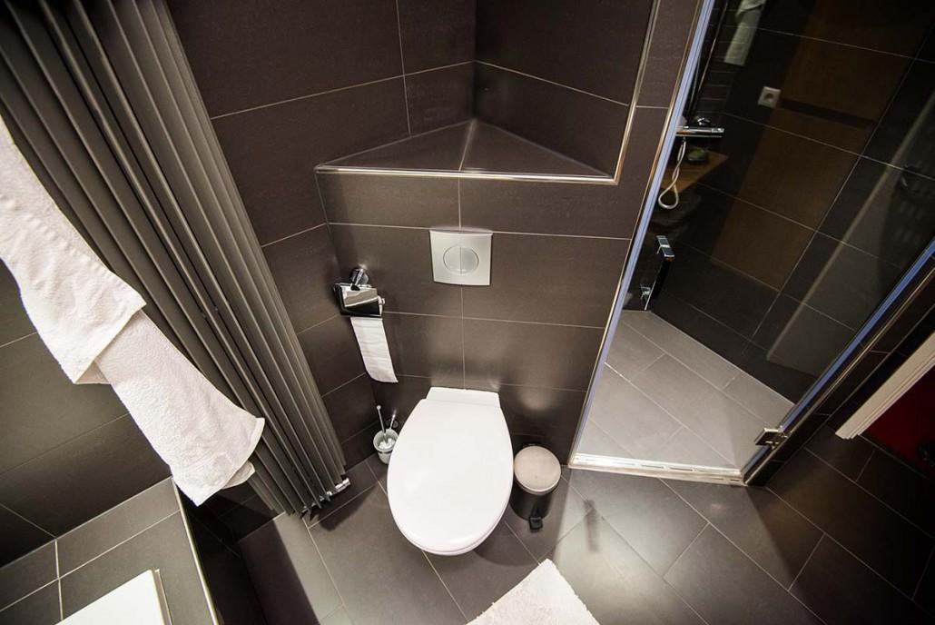 Badkamer verplaatsen met een ligbad en inloopdouche in ede schouten kleinbouw ede - Winkelruimte met een badkamer ...